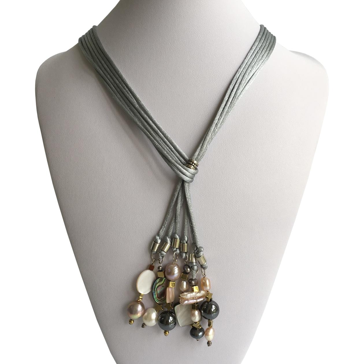 Collar ajustablecon cordones de seda gris, perlas varias, hematites, madreperla, nácar y plata 925, hecho a mano. Pieza única.