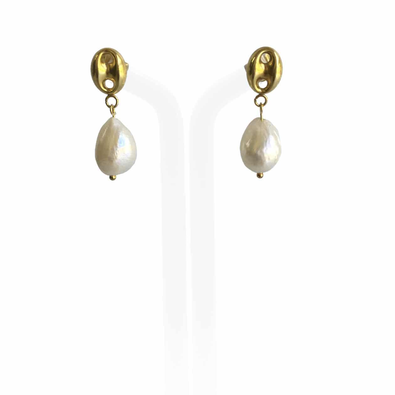 Pendientes de perlas blancas y plata chapada en oro 18K, hechos a mano.  Pieza exclusiva.