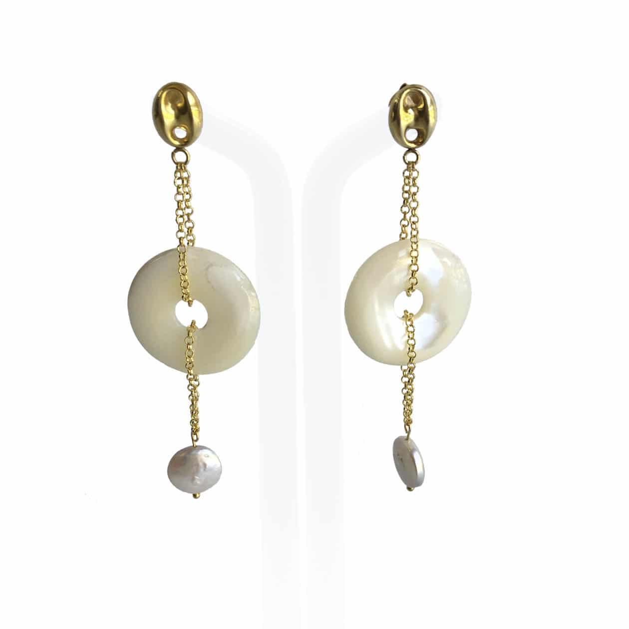 Pendientes de Nácar, perlas y plata chapada en oro 18K, hechos a mano.  Pieza exclusiva.