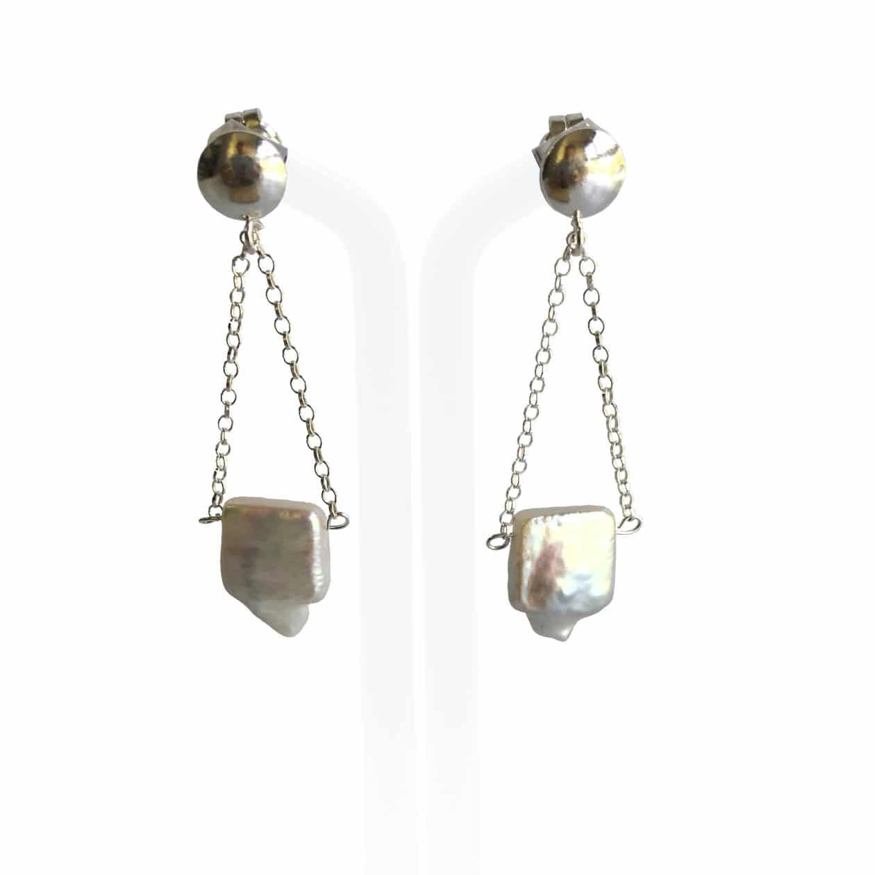 Pendientes de perlas blancas con cadena y entrepiezas de plata 925, hechos a mano.  Pieza única.