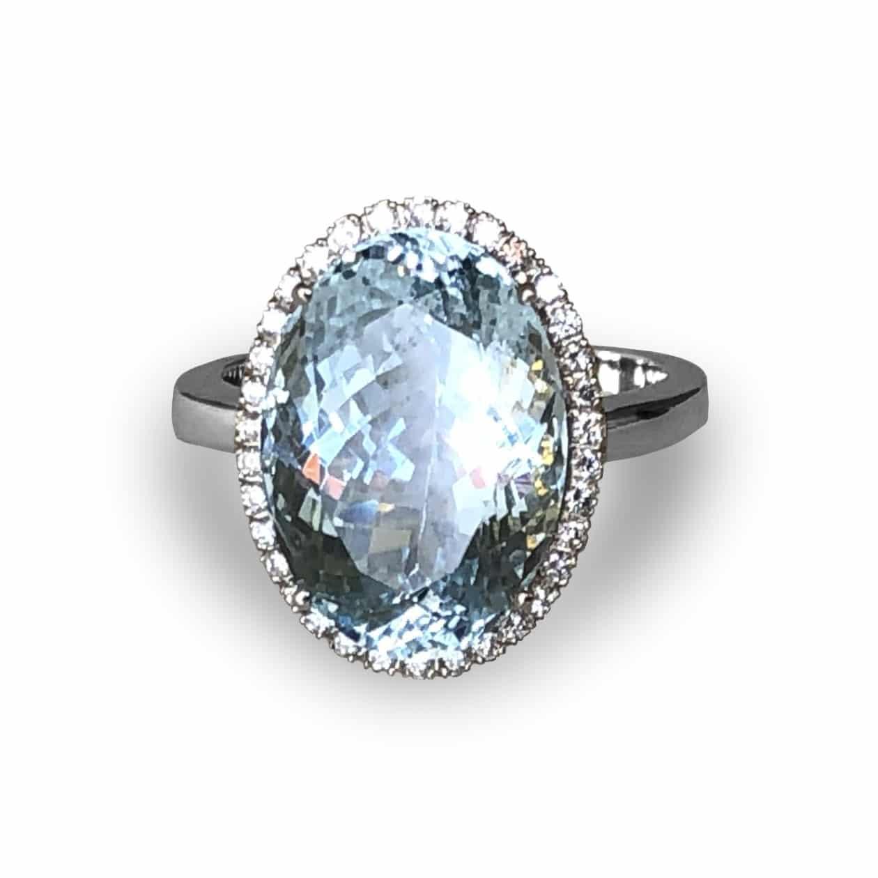 Sortija de Aguamarina con diamantes en oro blanco, pieza exclusiva.