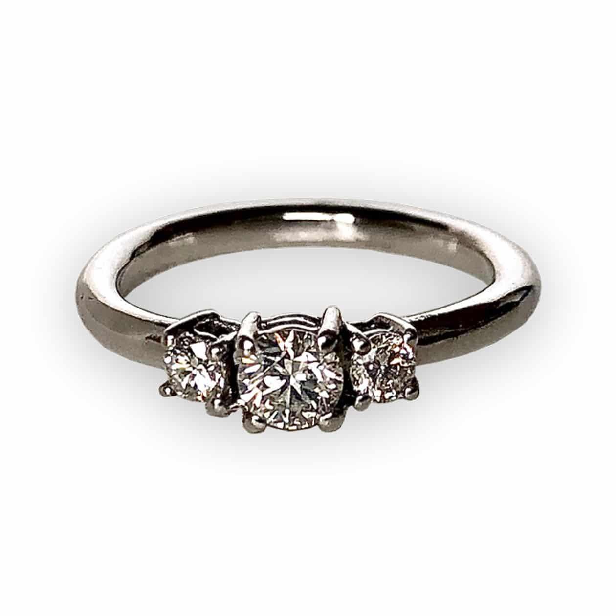 Sortija con 3 diamantes y oro blanco 18K. OPORTUNIDAD!